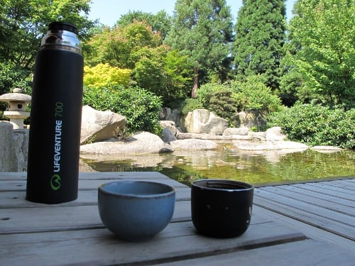 Cup with Darjeeling meets cup with Genmaicha